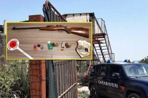 Caltagirone, in casa nascondeva una carabina con matricola abrasa e 124 cartucce: 57enne arrestato in flagranza