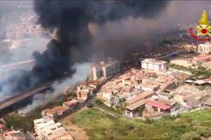 Catania sotto shock per gli incendi che hanno devastato molte zone: distrutto il lido 'Le Capannine'
