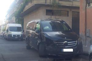 Paternò, un ferito in via Estonia dopo scontro tra due Mercedes: danneggiate altre vetture