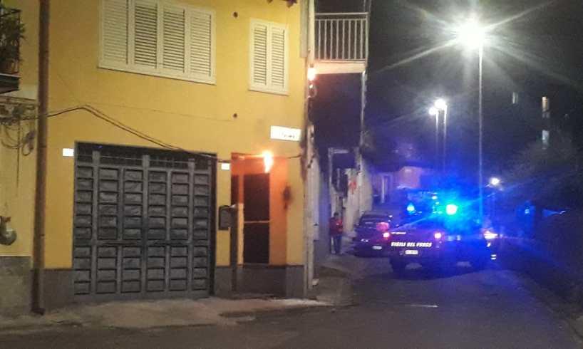 Paternò, tra via Tevere e via Bologna roghi danneggiano cavi elettrici e provocano black-out: tecnici al lavoro