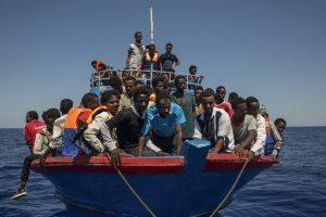 A Lampedusa maxi sbarco di migranti: oltre 500 su vecchio peschereccio