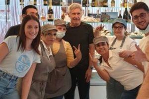 Paternò, l'arrivo a sorpresa di Indiana Jones-Harrison Ford: pausa per un pranzo veloce e tante foto dei fan
