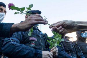 """Green Pass: """"Ti regalerò una rosa"""". Le donne hanno donato un fiore ai poliziotti che presidiano la protesta"""