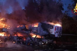 A18, bisarca s'incendia allo svincolo per Giarre: traffico in tilt per ore (VIDEO)