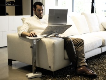 posizione corretta sul divano mentre si lavora al pc