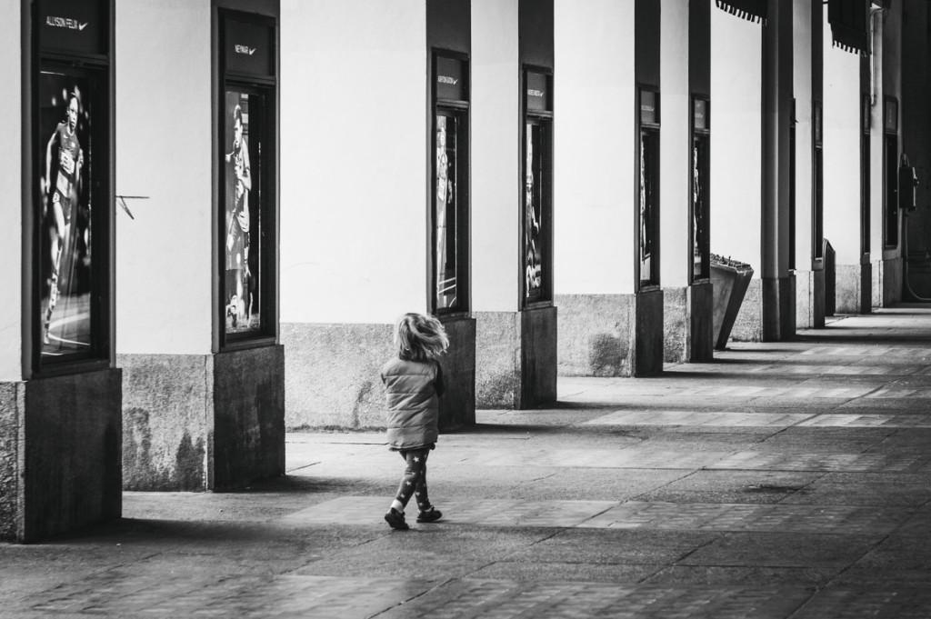 bambina passeggia da sola