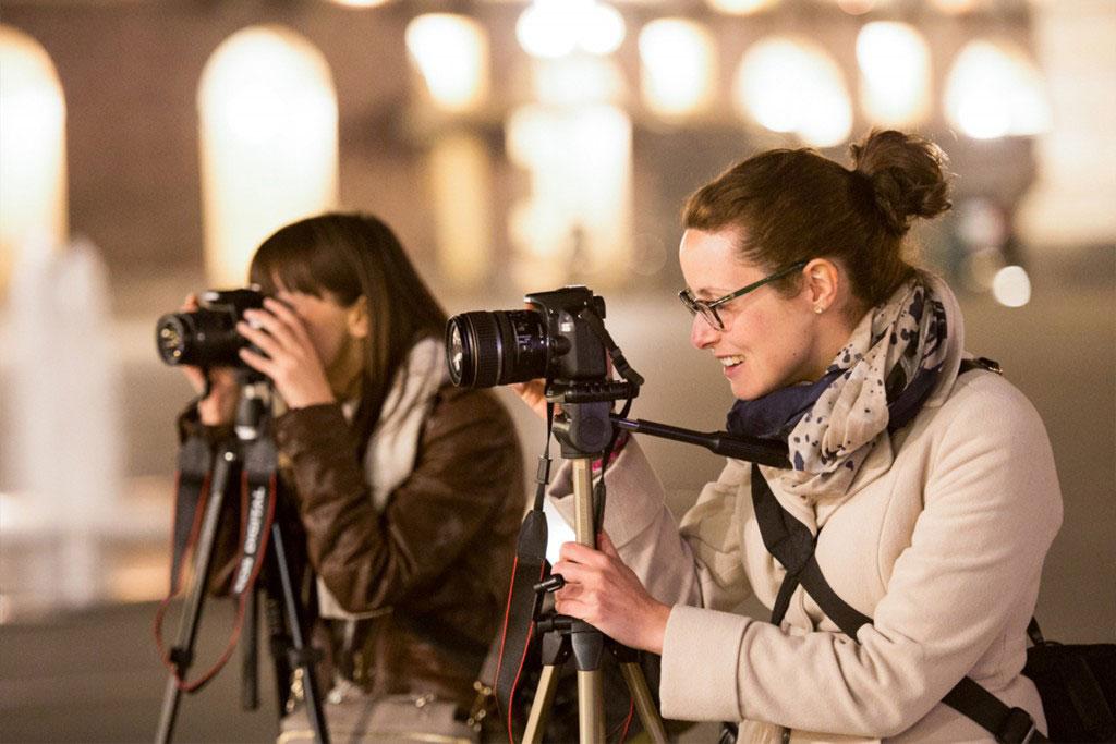 due ragazze scattano fotografie di sera