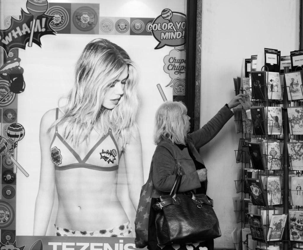 Poster di una ragazza in bikini all'interno di un negozio