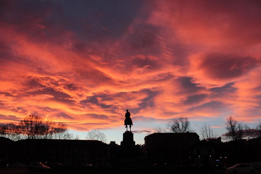 Tramonto e nuvole rosse viste al Monumento al fante d'Italia