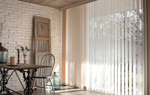 Duelo de cortinas verticales vs paneles orientales