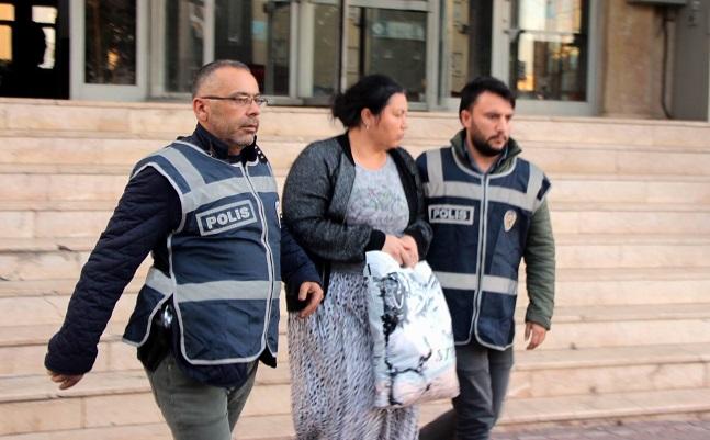 FİRARİ KADIN POLİSE YAKALANDI
