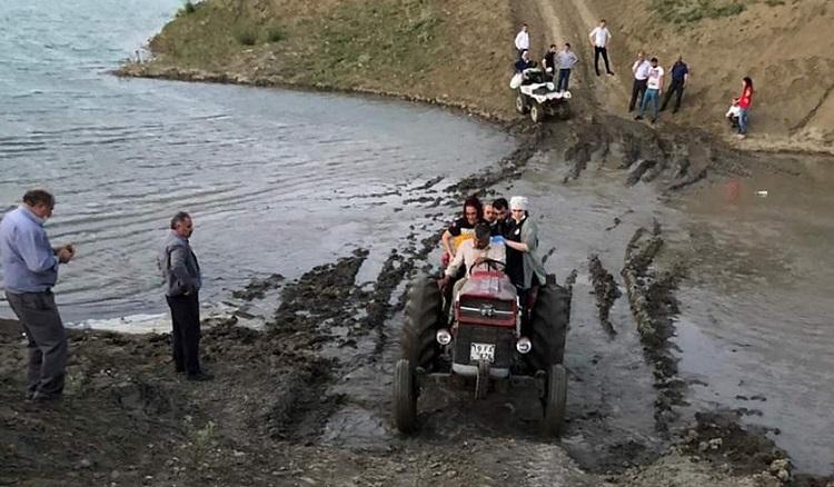 TRAKTÖR KAZASINDA ÖLÜMDEN DÖNDÜLER