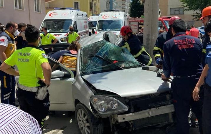 Otomobil beton direğe çarptı