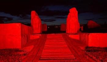 Sfenksli kapı kırmızıya büründü