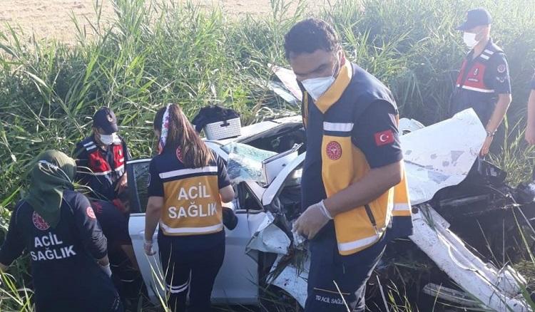Otomobil kazada hurdaya döndü