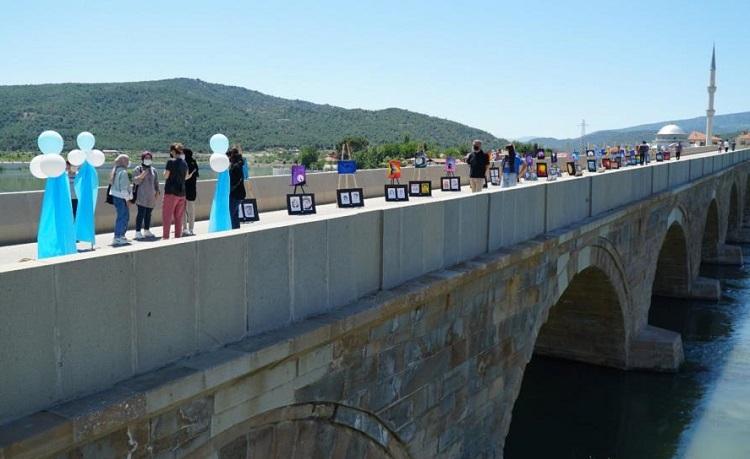 Tarihi köprüde sergi açtılar