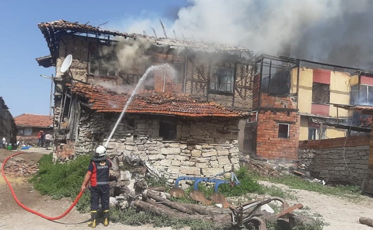İskilip'te çıkan yangında 3 ev yandı