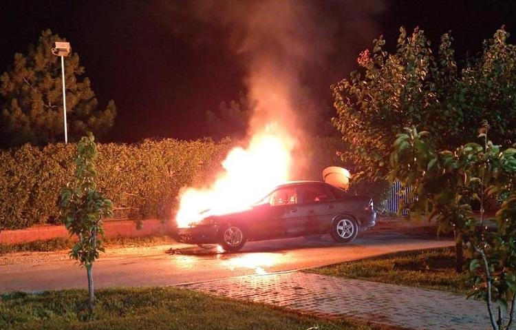 Park halindeki araç böyle yandı