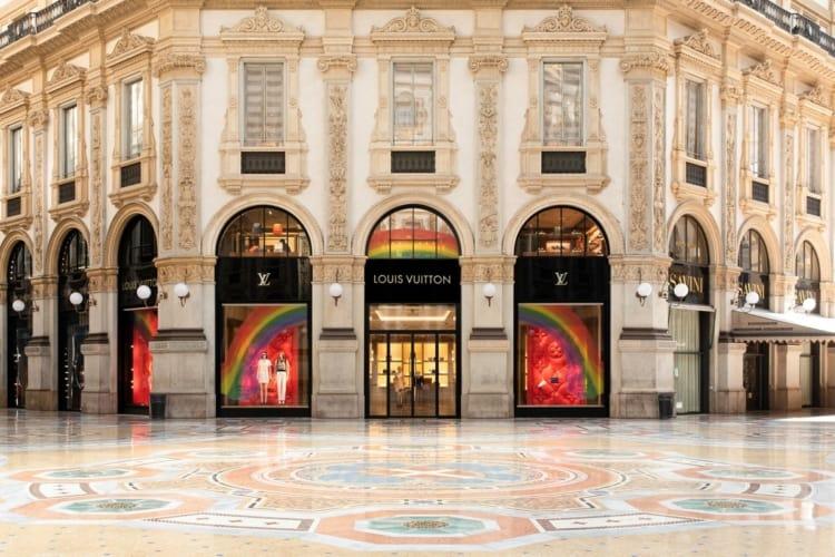 Milano le vetrine di Louis Vuitton si colorano di arcobaleno.