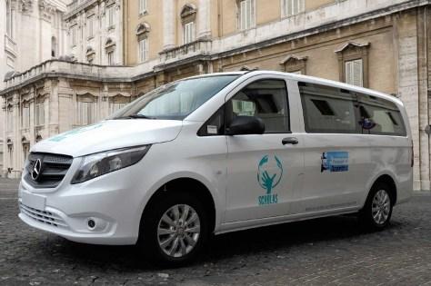 Mercedes-Benz visitó a Papa Francisco y le entregó la primera Vito argentina