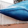 I bambini giocano con la iproduzione di una balena a Valencia