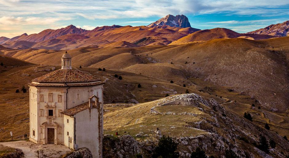 Paese-di-Calascio-chiesa-santa-maria-pieta