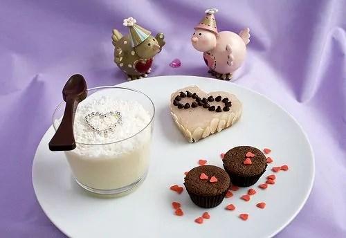 un piatto di dolci per una dedica d'amore