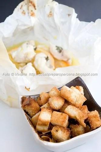 Coda di rospo al cartoccio con crumble di pane e mandorle