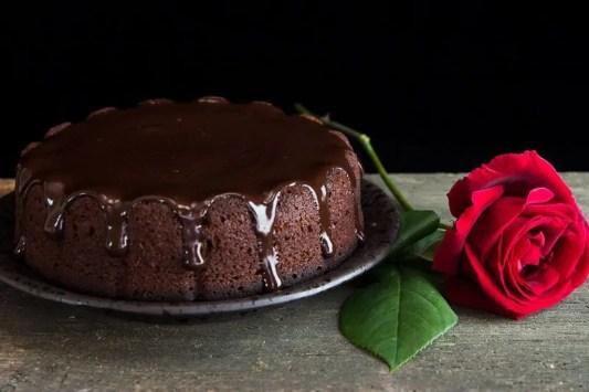 torta ricoperta di ganache al cioccolato lucida
