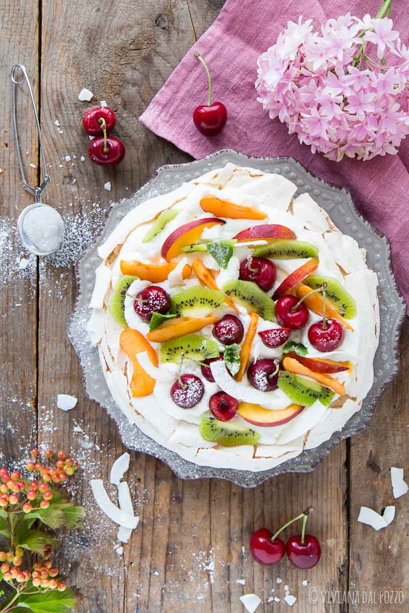Pavlova con frutta estiva
