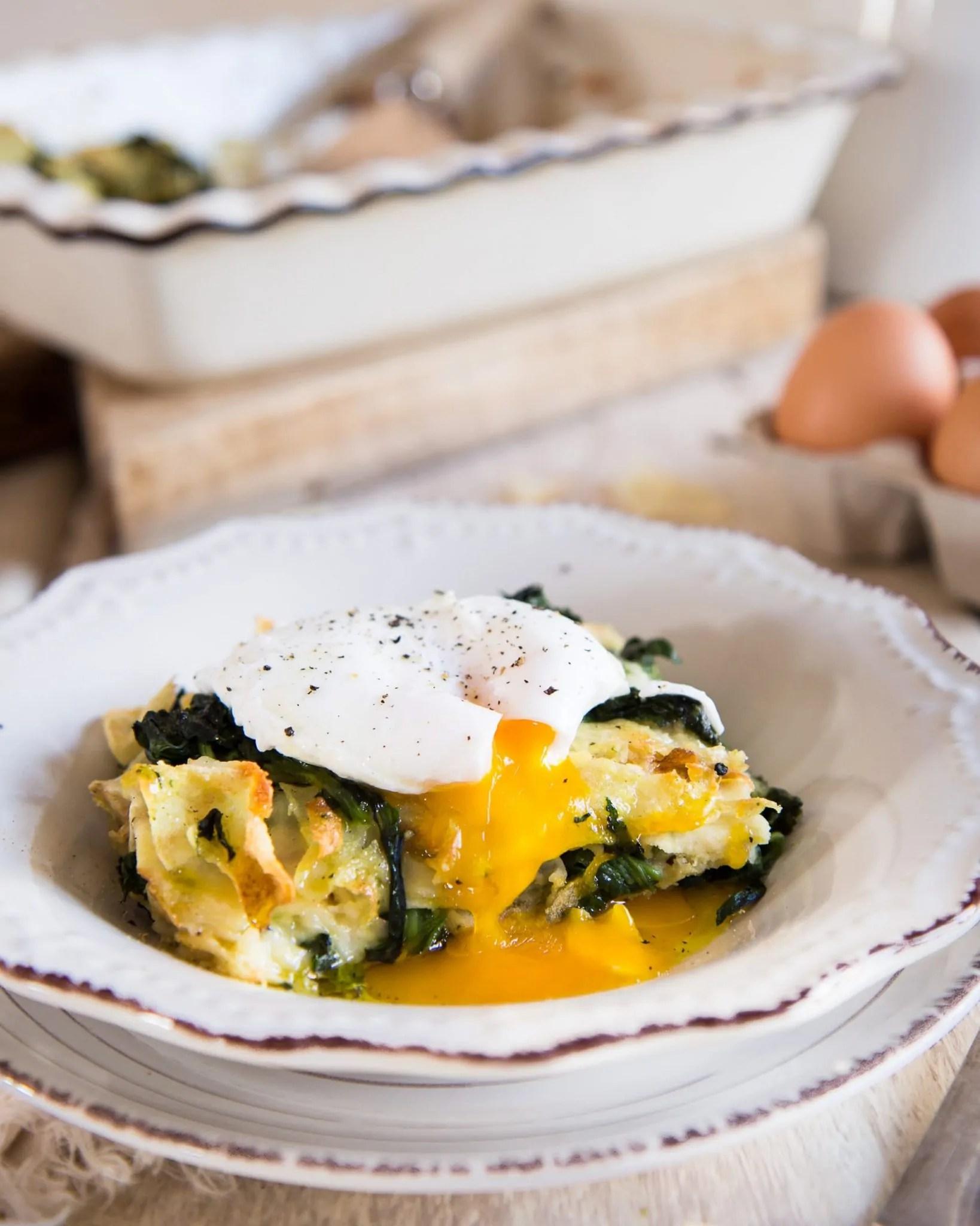Millefoglie di carasau con spinaci e uova pochette