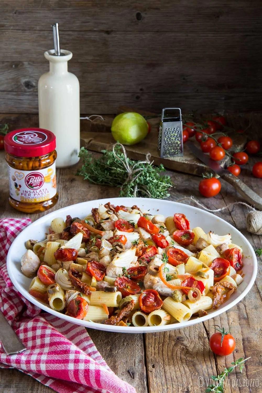 Insalata di pasta perfetta con pesto rosso, pesce spada e verdure