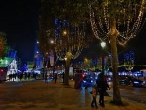 i-4-mercatini-di-natale-da-non-perdere-a-parigi-dal-marciapiede-degli-champs-elysees-320x240