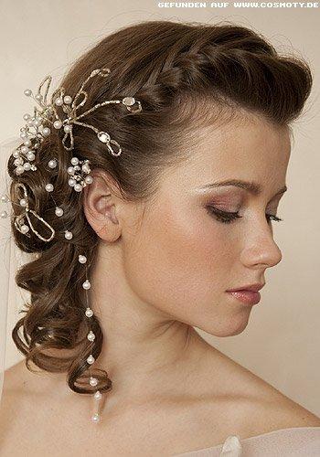 Frisuren Bilder Seitlich Geflochten Und Mit Perlen Geschmückt