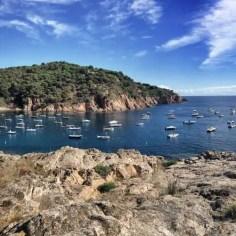 """Die Bucht von Tamariu ist die erste von vielen sehr malerischen Buchten auf Etappe 7 des """"Camí de Ronda"""""""