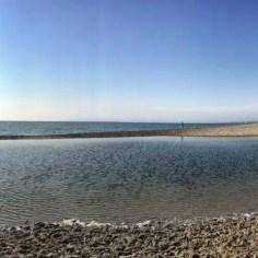 Empuriabrava wird durch einen Fluß begrenzt. In der Regel führt dieser aber so wenig Wasser, dass man trockenen Fusses am Strand entlang wandern kann