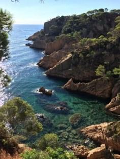 Klares Wasser und schroffe Felsen sind typisch für dieses Teilstück der Costa Brava