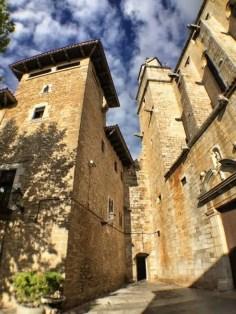Der mittelalterliche Ortskern von Torroella de Montgrí ist rund um die Kirche zu finden