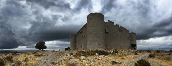 """Die Burg """"Castell del Montgrí"""" beeindruckt durch ihre dicken Mauern und Türme."""