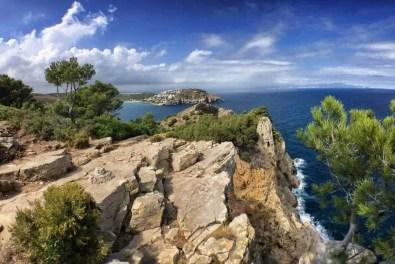 """Die Cala Montgó von oben: Von einer Felsenklippe aus bietet sich ein spektakulärer Blick auf die Halbinsel """"Punta Montgó"""". In der Ferne die Küste des """"Cap de Creus""""."""