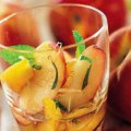 Salată de piersici și nectarine cu mentă și ghimbir