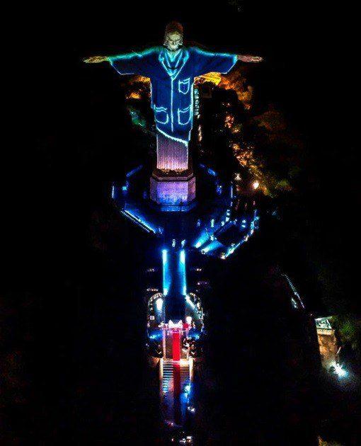 Vista de la estatua del Cristo Redentor con una proyección de la bandera italiana, durante una misa para celebrar el Domingo de Pascua, en el Monte Corcovado, Río de Janeiro, Brasil, 12 de abril de 2020. EFE / Antonio Lacerda