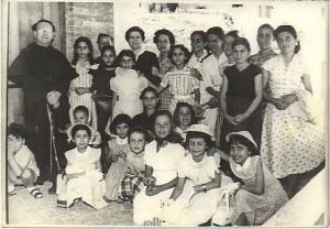 padre Gabriele M- Barzi con alcune giovani parrocchiane 1958 Badolato Marina