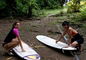 Women-with-surfing-board-at