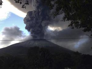 The Chaparrastique volcano spews ash at the municipality of San Miguel