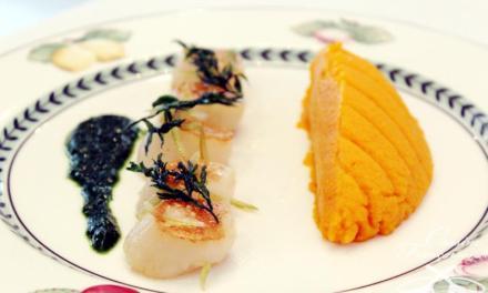 Recette Noix de Saint-Jacques rôties mousseline de carottes aux agrumes, les fanes en coulis
