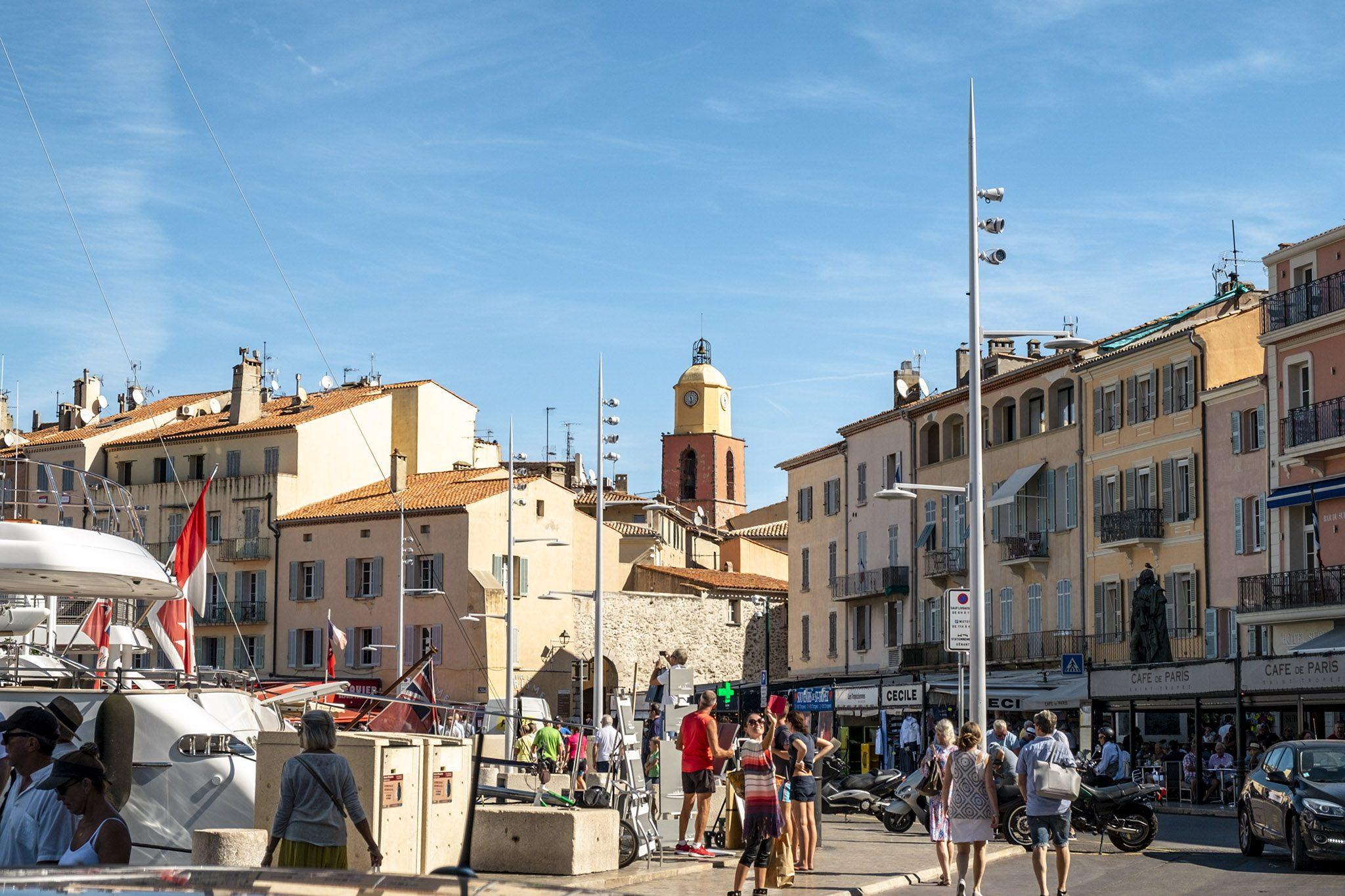 Der Glockenturm ragt über den Ort auf