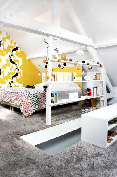 afin de donner de la couleur a la piece et creer un rappel avec les motifs de la tapisserie la tete de lit simple plaque de medium est recouverte de