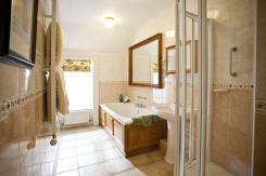 Rose Cottage master bedroom en-suite.