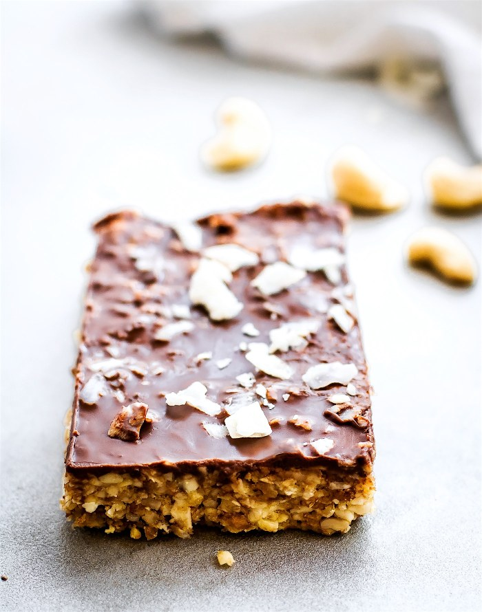 No bake Chocolate Coconut Cashew Bars made in 3 easy steps! Tasty no bake chocolate bars that are vegan & paleo. No oil needed. A healthy snack or dessert.